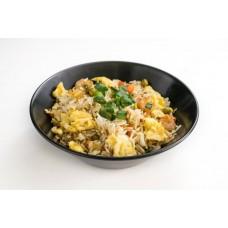 Rīsi ar garnelēm, olu un dārzeņiem